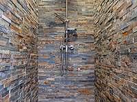 sprchový kout v bazénové hale - chalupa ubytování Police