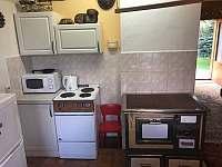 část plně vybavené kuchyně - chata k pronajmutí Velké Dářko