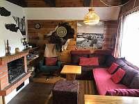 společenská místnost s krbem - chata ubytování Velké Dářko