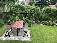 venkovní stůl - chata k pronájmu Velké Dářko