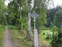 Příjezdová cesta s křížkem - chalupa ubytování Mezilesí
