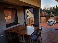 Terasa s jídelním stolem a židlemi - pronájem chaty Želiv - Brtná