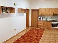 Kuchyně č.2 vchod do ložnice č.1 - 2, prosklené posezení a koupelna č.1 s WC - pronájem chalupy Kněževes - Veselka
