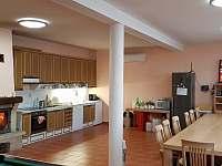 Společenská místnost s kuchyní a krbem - chalupa ubytování Kněževes - Veselka
