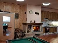 Společenská místnost s kuchyní a krbem - chalupa k pronajmutí Kněževes - Veselka