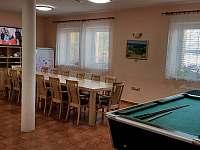 Společenská místnost s kuchyní a krbem - chalupa k pronájmu Kněževes - Veselka