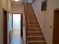Vstupní chodba a schodiště do 1. NP - chalupa k pronajmutí Kněževes - Veselka