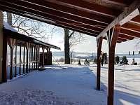 Výhled za chalupou na okolí a lyžařskou sjezdovku Olešnice - k pronájmu Kněževes - Veselka