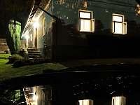 Chalupa a bazén večer - ubytování Obrataň - Sudkův Důl