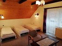 2 ložnice v patře s balkonem, průchozí s 3 ložnicí. - chalupa k pronajmutí Moravské Křižánky