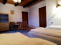 2 ložnice v patře s balkonem, průchozí s 3 ložnicí. - chalupa ubytování Moravské Křižánky