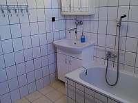 Koupelna v přízemí. - chalupa k pronájmu Moravské Křižánky