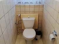 Toaleta v patře. - chalupa k pronajmutí Moravské Křižánky