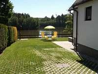 Část zahrady - chata k pronajmutí Červená Řečice