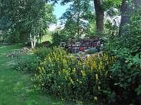 na zahradě - chalupa k pronájmu Česká Rybná