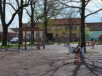 Dětské hřiště na návsi před domem