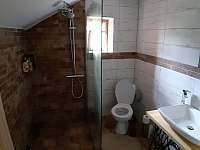 Komfortní koupelna s podlahovým topením a sprchou s deštěm - pronájem chalupy Křižánky