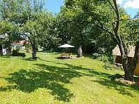Zahrada - posezení u grilu - chalupa k pronajmutí Zmišovice