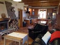 Pohled z obývací mistnosti do kuchyně