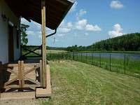 Vzadu ohniště s 8-mi špalky, krásná proch.zahrádkami,1200m koupaliště,Polička
