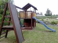 Dětské hřiště na zahradě - chalupa ubytování Medkovy Kopce
