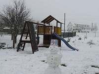 Hřiště na zahradě v zimě - chalupa k pronajmutí Medkovy Kopce