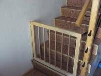 Na schodišti jsou nahoře i dole branky kvůli malým dětem - Medkovy Kopce