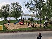 Dětské hřiště. v pozadí work-outové hřiště a rybník Roštýn - Telč