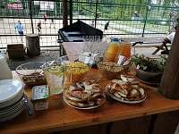 Objednané venkovní snídaně v restauraci na 50m od domu - rekreační dům k pronajmutí Telč
