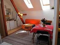 obývací hala s rozkládacím gaučem