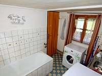 koupelna s vanou, pračkou a myčkou