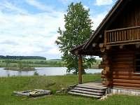 Část zastřešené terasy, mini dětské pískoviště a rybník.