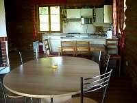 Jídelní stoly a kuchyň.