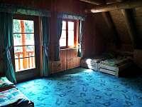 Velký pokoj - pohled na balkónové dveře a vedlejší okno.