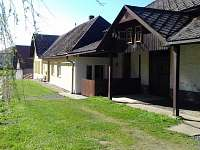 pohled na penzion od dětského hřiště - apartmán ubytování Vepřová