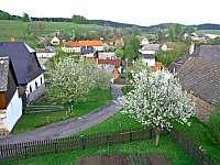 Pohled od chaty na vesnici - Javorek