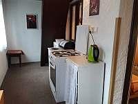 Sporák s troubou na chodbě - chata ubytování Fryšava pod Žákovou horou