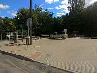 parkování u cyklostezky v Sázavě (4km od apartmánu) - k pronajmutí Nové Dvory