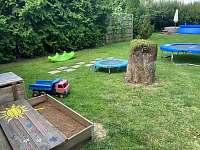 Pískoviště a skákací panák na zahradě - Nové Dvory