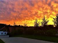 Západ slunce nad statkem