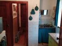 Kuchyně s chodbou ke koupelně - chata k pronájmu Kamenná