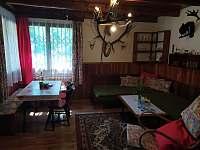 Obývací pokoj s jídelním koutem - chata k pronajmutí Kamenná