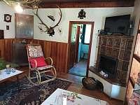 Obývací pokoj s kachlovým krbem - Kamenná