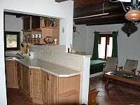 Barový pult oddělující kuchyni od společenské místnosti