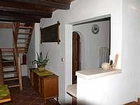 Pohled na barový pult se vstupem do kuchyně a na schody