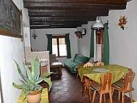 Pohled od schodů na jídelnu a společenskou místnost - chalupa k pronájmu Útěchovice