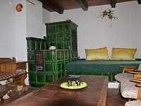 Společenská místnost s posezením a kachlovými kamny - chalupa ubytování Útěchovice