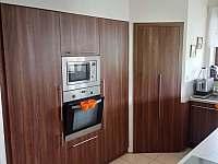 kuchyň s vestavnou lednicí, mikrovlnou troubou a horkovzdušnou troubou - pronájem chalupy Mirošov u Bobrové
