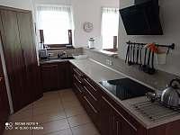 kuchyňská linka s indukcí - chalupa k pronajmutí Mirošov u Bobrové