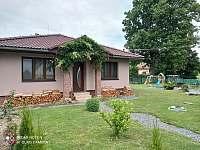 Mirošov 73 - přední část zahrady - chalupa ubytování Mirošov u Bobrové
